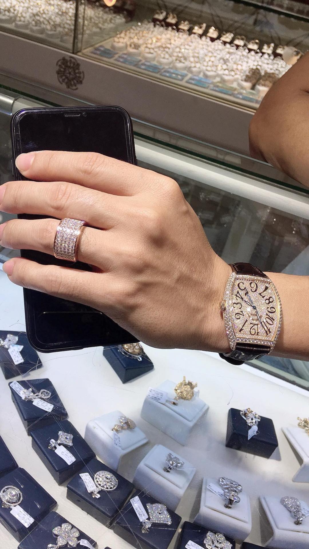 Ngón tay đeo nhẫn tiết lộ số tiền trong ví đàn ông